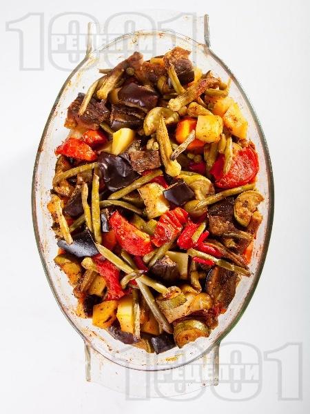 Тюрлю гювеч с патладжани, тиквички, чушки, картофи, зелен боб (фасул) и бамя в йенска тенджера (стъкло) - снимка на рецептата